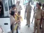 VIDEO: समस्या सुनने बैठी पुलिस ही घसीटने लगी, लड़की के साथ किया बुरा बर्ताव