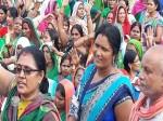VIDEO: खुद रजिस्टर खरीद कर काम करने वाली महिलाओं को जब आ जाता है गुस्सा