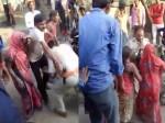 VIDEO: गाय विवाद सुलझाने गई यूपी पुलिस की छीनी गई बंदूक, महिलाओं ने पीटकर बना लिया बंधक