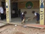 इस स्कूल में दलित लड़कियों से साफ करवाते हैं टॉयलेट, फेंककर देते है रोटियां