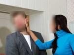 सहेली की टांगें घूरने के आरोप में महिला ने मिठाई की दुकान पर युवक को मारा तमाचा