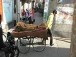 VIDEO: एंबुलेंस नहीं मिली तो अधमरी बीवी को ठेले पर लादकर ले गया अस्पताल