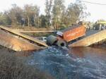 दिल्ली से सटे फरीदाबाद में बीच से ही टूट गया पुल, दो ट्रक और बाईक नहर में गिरी