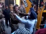 यूपी: अतिक्रमण हटाने गई पुलिस से सपा नेता ने की मारपीट