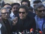 नवाज शरीफ के बाद इमरान खान पर चुनावी रैली के दौरान फेंका गया जूता