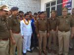 मेरठ के एसपी सिटी का कारनामा, अपराधियों को बुलाकर किया सम्मान, पहनाई फूल-माला