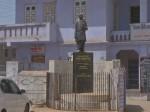 गुजरात: सरदार पटेल की मूर्ति को पहनाई बोतल और घास की माला