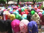 ईद के मौके पर बुर्कानशीं महिलाओं ने खुले आसमान के नीचे अदा की नमाज