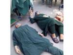चीन में ब्रेन ट्यूमर की 32 घंटे की मैराथन सर्जरी के बाद जमीन पर थक कर लेट गए डॉक्टर