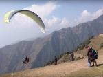 कुल्लू में पैराग्लाइडिंग के दौरान पंजाब के पर्यटक की मौत, पायलट जख्मी