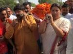 'बहन' स्मृति ने सुरेंद्र सिंह की अर्थी को दिया कंधा, लोग बोले- नेताओं को लेनी चाहिए सीख