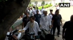 VIDEO: जन्मदिन पर मिठाई का डिब्बा लिए दिखे राहुल गांधी, पत्रकारों को खिलाए लड्डू
