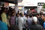 जम्मू-कश्मीर में बड़ा हादसा: गहरी खाई में गिरी गाड़ी, 11 लोगों की मौत
