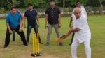 कर्नाटक में सियासी संकट के बीच विधायकों के साथ क्रिकेट खेलते नजर आए येदियुरप्पा, तस्वीरें Viral