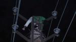 पत्नी को 'टेंशन' देने के लिए हाईटेंशन टावर पर चढ़कर यूं लेट गया पति, नीचे खाट लेकर खड़ी रही पुलिस, देखें वीडियो