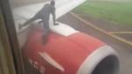 Video: टेक ऑफ करने को रेडी था प्लेन, कि तभी इंजन पर चढ़ गया अनजान शख्स