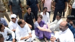 मीरजापुर के गेस्ट हाउस में धरने पर बैठीं प्रियंका, कांग्रेस ने बिजली काटने का लगाया आरोप