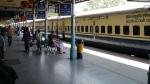 बॉस के तुगलकी फरमान के चलते आईवी ट्यूब लगाकर ऑफिस पहुंची रेलवे की महिला कर्मचारी