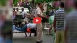 VIDEO: दिल्ली पुलिस के इन दो जवानों की बहादुरी को सलाम, आंख में मिर्च झोंके जाने के बाद भी हिस्ट्रीशीटर को दबोचा