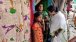 बैठक में जाते हुए बस्ती में रुकीं ममता बनर्जी, 400 लोगों के लिए दो टॉयलेट देख बुरी तरह भड़कीं