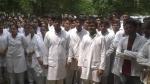 सैफई मेडिकल कॉलेज रैगिंग मामले में एफआईआर के खिलाफ छात्रों का विरोध प्रदर्शन