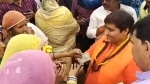 VIDEO: 'भिक्षा' को आय का साधन बताने वाली बीजेपी सांसद प्रज्ञा ठाकुर बांटती दिखीं 500-500 के नोट