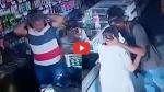 दुकान में घुसे बदमाश तो खरीदारी के लिए आई बुजुर्ग महिला ने दे दिया अपना पर्स, फिर लुटेरे ने किया ऐसा VIDEO वायरल
