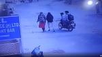 बीच सड़क पर दो युवकों ने सरेराह लड़की के साथ की गंदी हरकत, वीडियो वायरल