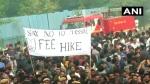 JNU में दीक्षांत समारोह, कैंपस के बाहर फीस बढ़ोत्तरी और हॉस्टल टाइमिंग को लेकर छात्रों का उग्र प्रदर्शन