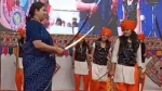 स्मृति ईऱानी ने हाथों में तलवार लेकर मंच पर किया डांस, VIDEO हुआ वायरल