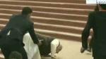 गंगा बैराज की सीढ़ियों पर चढ़ते समय फिसलकर गिरे PM नरेंद्र मोदी, वीडियो