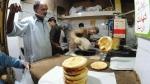 चरम पर पहुंची पाकिस्तान की कंगाली, भूख से बेहाल लोग दुकानों से लूट रहे हैं आटा-चावल