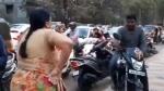 फुटपाथ पर बाइक चलाने वालों को 'आंटी' ने सिखाया सबक, Video देख ट्रैफिक पुलिस ने भी की तारीफ