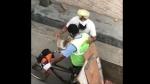 कोरोना वायरस: लोगों ने सफाईकर्मियों पर बरसाए फूल, वीडियो देख CM ने भी की तारीफ