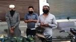 मेरठ: थूक लगाकर बेच रहे थे फल, पुलिस ने गिरफ्तार कर दर्ज किया मुकदमा