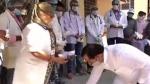 राजस्थान में इस सांसद ने कोरोना से जंग लड़ रहे चिकित्साकर्मियों के पैर छूकर बढ़ाया हौसला