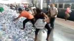 VIDEO: PDDU जंक्शन पर प्रवासी श्रमिकों ने लूट लीं पानी की बोतलें, जिसके हाथ में जितनी आईं ले गया
