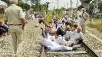भारत बंद: रेल की पटरियों पर किसानों का कब्जा, जानें किन ट्रेनों को किया गया रद्द