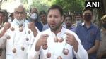 प्याज की माला लेकर चुनाव प्रचार में पहुंचे तेजस्वी यादव, कहा- अब नीतीश कुमार चुप क्यों हैं?