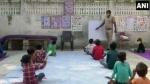 कोरोना काल में ऑनलाइन क्लास से वंचित गरीब बच्चों को पढ़ा रहा दिल्ली पुलिस का ये कॉन्सेटबल
