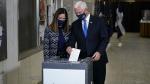 US Election 2020: कोरोना वायरस के डर के चलते टूट रहे अर्ली वोटिंग के रिकॉर्ड, फिर भी बाइडेन की राह मुश्किल