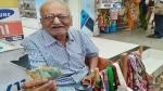 मुंबई के 87 वर्षीय बुजुर्ग, जो बेकार कपड़ों से बैग सिलकर बेचते हैं उनकी फोटो हुई वायरल