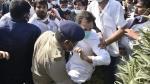 Hathras case: यूपी पुलिस की धक्कामुक्की में गिरे राहुल गांधी, हाथ में लगी चोट, देखें Video