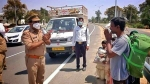 वाराणसी: थाना प्रभारी ने राहगीर से हाथ जोड़कर कहा- मास्क तो लगा लीजिए
