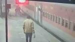 मिर्जापुर: चलती ट्रेन पर चढ़ने के चक्कर में फिसला यात्री, RPF जवान ने यूं बचाई जान, देखें वीडियो