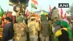 दिल्ली-हरियाणा टिकरी बॉर्डर पर किसानों ने तोड़े बैरिकेड्स, गणतंत्र दिवस समारोह से पहले ली एंट्री