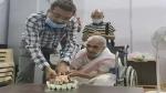 100वें जन्मदिन पर मुंबई की बुजुर्ग महिला ने लगवाई कोरोना वैक्सीन, फिर केक काटकर मनाया जश्न, देखें वायरल वीडियो