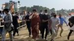 रैली में प्रियंका गांधी को हुई देर, तो मंच पर जल्दी पहुंचने के लिए साड़ी में ही लगा दी दौड़, सामने आया Video