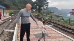 अनुपम खेर को रेलवे स्टेशन पर मिला पांच साल का मासूम, उसने बताई पिता की मौत की बात तो सन्न रह गए एक्टर
