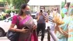 हरसिमरत कौर ने सांसद हेमामालिनी को गेहूं का बाली सौंपकर किसानों का समर्थन करने के लिए कहा